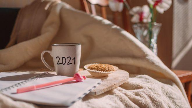 metas, renovação, 2021, café, coberta, cookie, bolo, caneta, agenda, caderno, caneca.