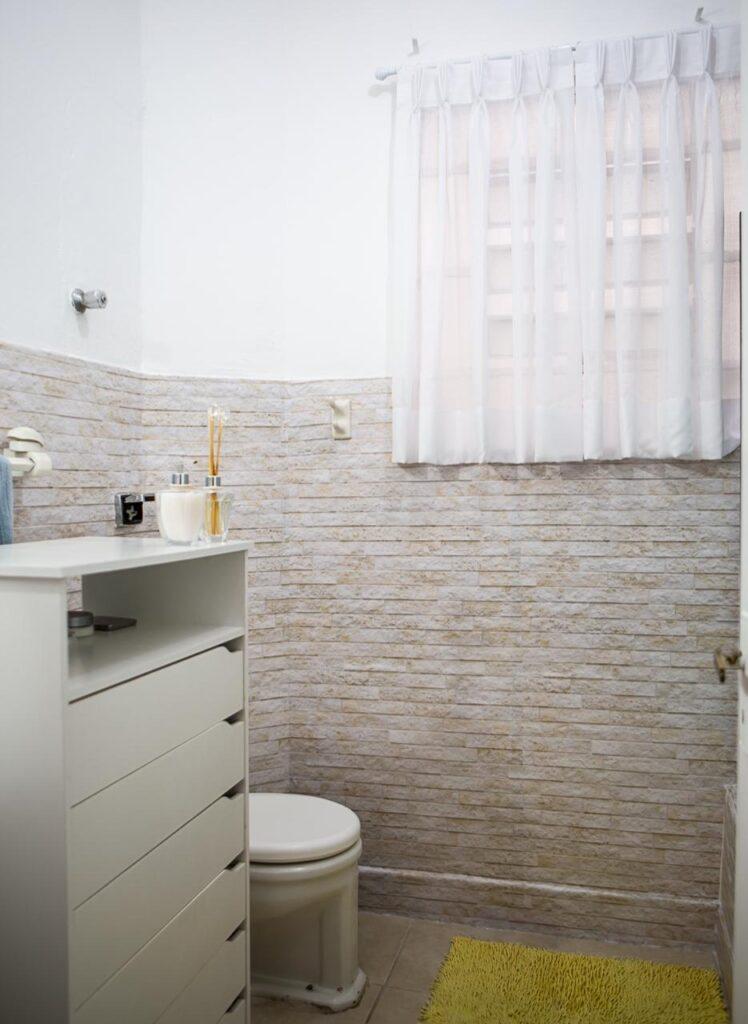 Papel de Parede Pedra, papel de parede adesivo, Defacile, pedra, Banheiro da digital influencer Naiumi Goldoni