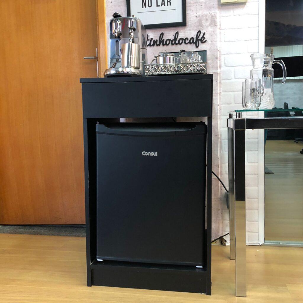 Papel De Parede Adesivo Liso Preto utilizado para revestir essa geladeira e móvel.