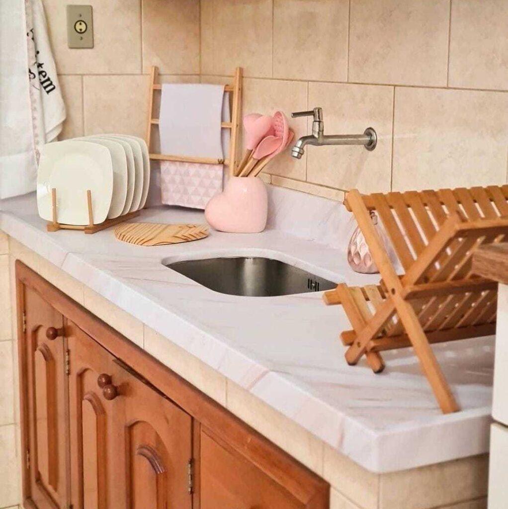 Papel de Parede Mármore Requinte aplicado na bancada da pia da cozinha.