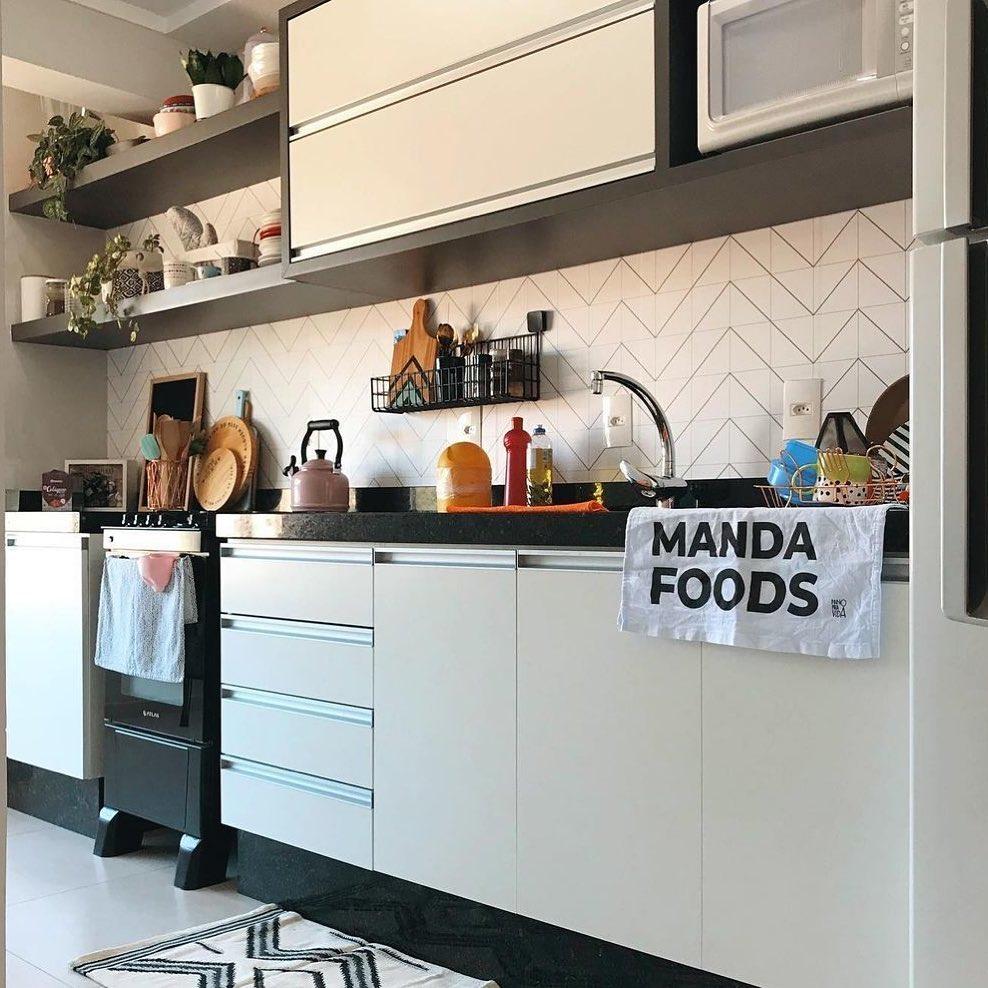 Papel De Parede Autocolante Chevron Ligadinhos dando um super destaque na roda banca dessa cozinha moderna e alegre.